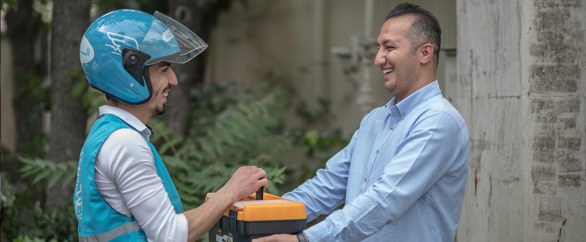 سفیر الوپیک در حال تحویل مرسوله به مشتری